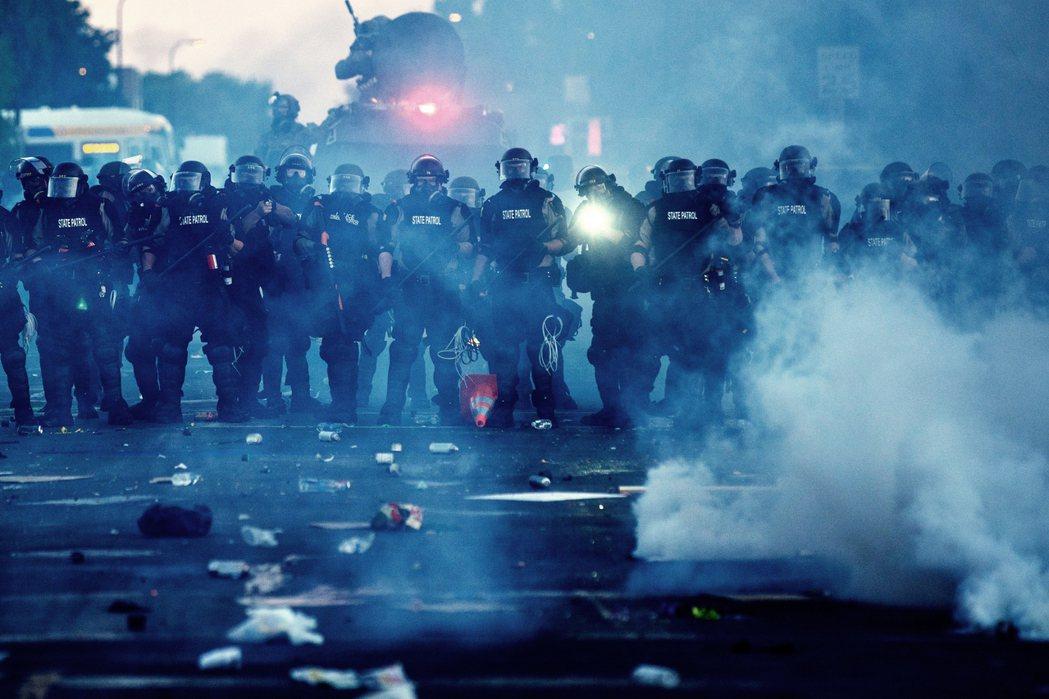 明尼亞波利斯市議會的多數議員7日協同發出了「解散警隊」的公開承諾,並期待在公民參...