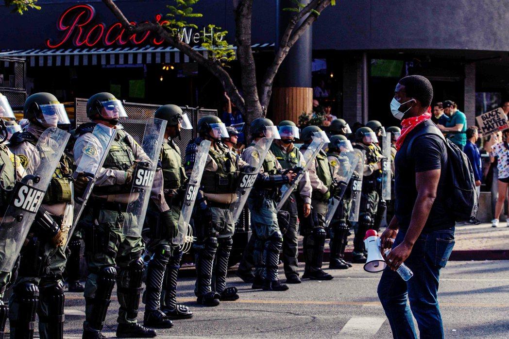圖為6日,加州的示威者與警察。 圖/法新社