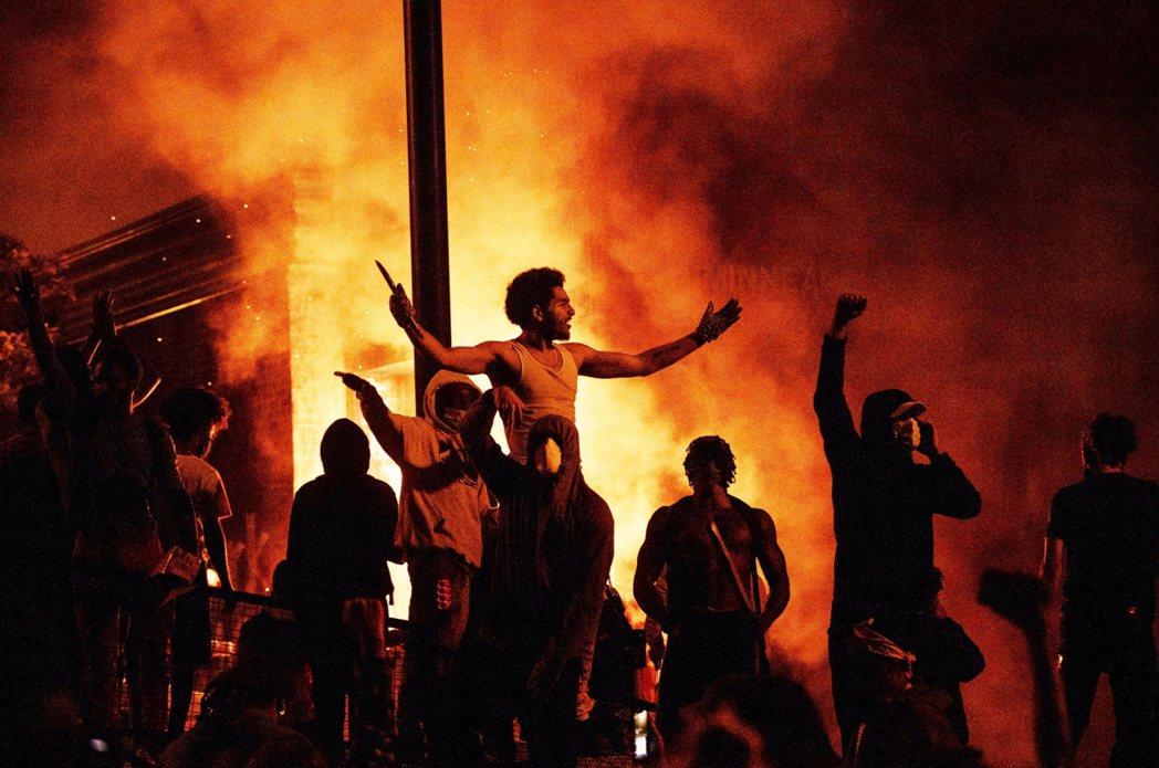 圖為28日,示威者聚集在被放火燒掉的明尼亞波利斯第三分局前。 圖/法新社