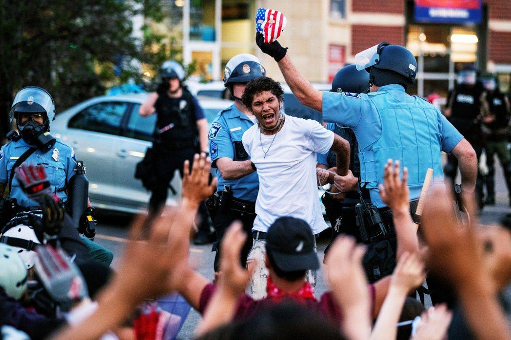 佛洛伊德事件所引發的全美抗爭與暴動,自上周三之後逐漸恢復「和平理性非暴力」的大規...