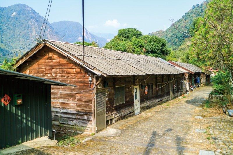 松鶴部落內的林場巷有一整排檜木板屋,是日據時代台灣三大林場之一「八仙山林場」伐木...