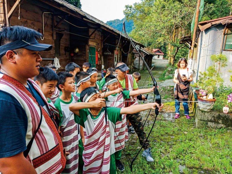 「泰好玩獵人體驗營」結合原住民耆老智慧,開發狩獵體驗、傳統射箭、搗糯米、山林夜間...