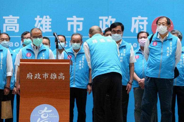 韓國瑜遭罷免確定後發表談話,並向執政團隊鞠躬致意。 圖/聯合報系資料照