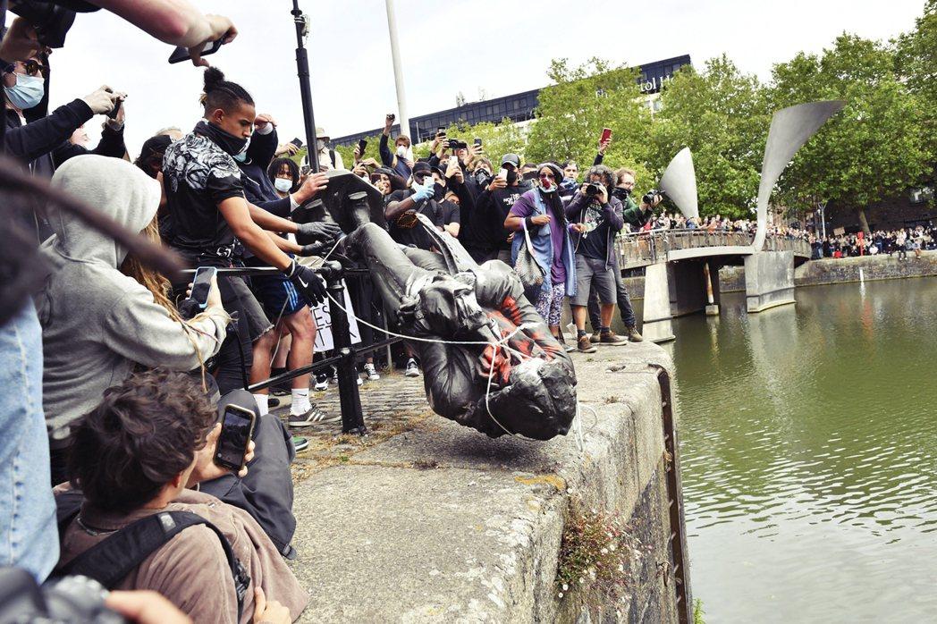 科爾斯頓銅像被眾人拖入布里斯港,任水沖去。 圖/美聯社