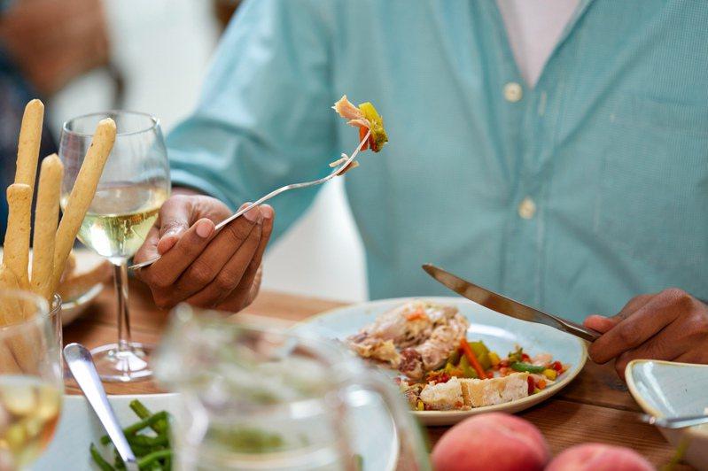 吃飯先拍照是禮儀,還是個人癖好。 圖/Ingimage