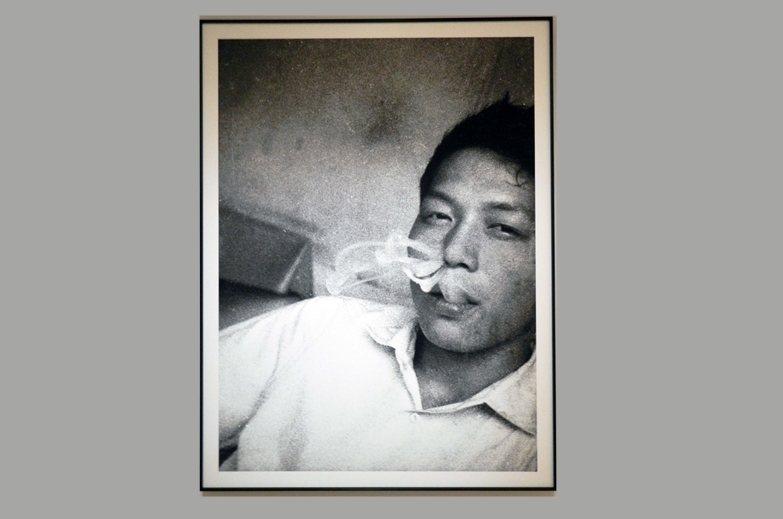 「未完成.黃華成」展出60年代黃華成抽菸照。 圖/作者提供