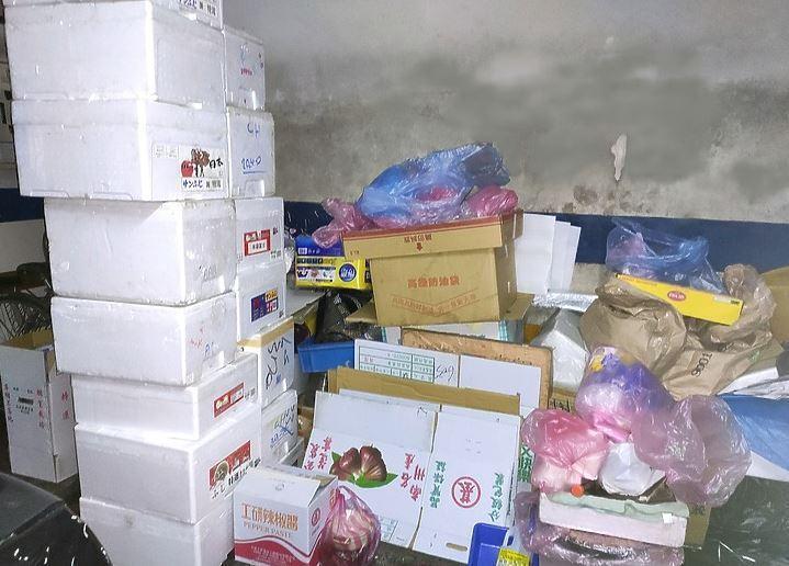 網友表示自家大樓有很多住戶將私人物品拿下來地下停車場放,紙箱跟蟑螂到處都是,跟垃...