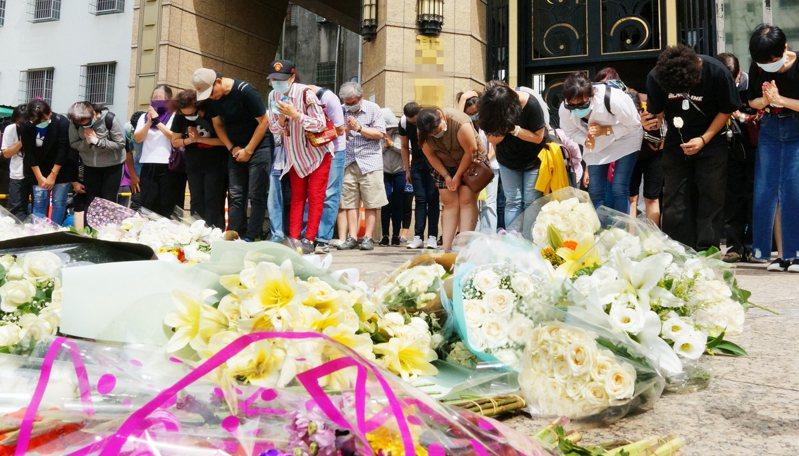 大批支持者現身高市議長許崑源住處外,鞠躬哀悼。 記者林伯驊/攝影