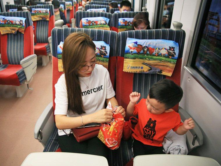 全台昨起大解封,台鐵列車內也開放飲食。記者潘俊宏/攝影