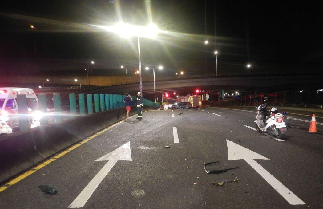 中山橋今3時許發生一起自撞死亡車禍。記者蕭雅娟 / 翻攝