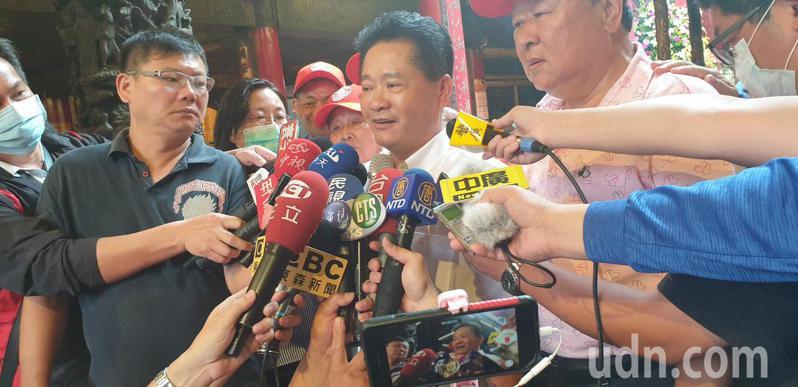 鎮瀾宮副董事長鄭銘坤說明這周大甲媽遶境。記者游振昇/攝影