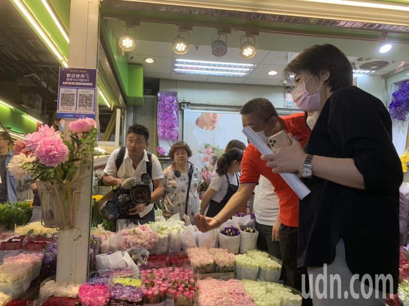 黃珊珊今早走訪台北花市,現場運用無現金支付購買花卉,表達對花商支持。記者趙宥寧/攝影