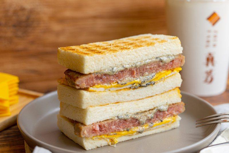 真芳聯名Top Fire Bistro 頂焰精肉小酒館,限時推出「松露和牛三明治」。圖/真芳提供