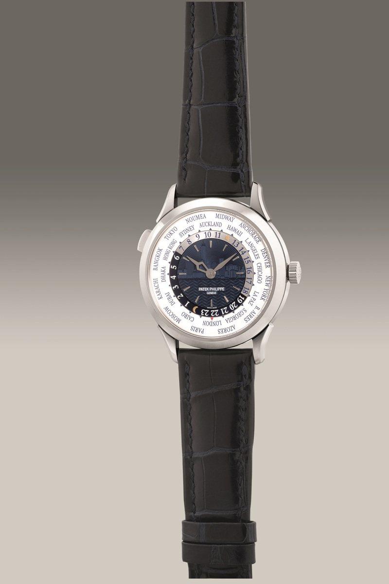 百達翡麗型號 5230G-010限量版18K白金自動世界時區腕表,金屬浮雕紐約曼哈頓輪廓藍色表盤、透明背蓋印有 「PATEK PHILIPPE NEW YORK 2017」字樣,限量發行300枚,約2017年製,估價約38萬港元起。圖/富藝斯提供