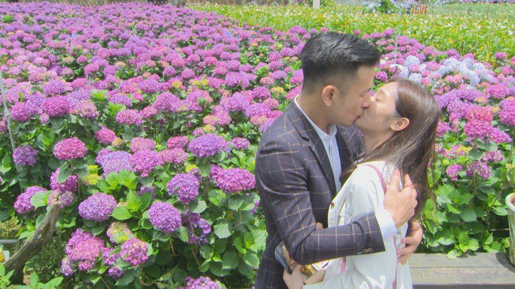傅子純(左)、邱子芯深情擁吻。圖/民視提供