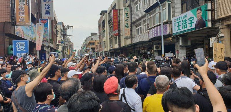 抗議者在王浩宇服務處聚集,馬路因此封閉。記者鄭國樑/攝影
