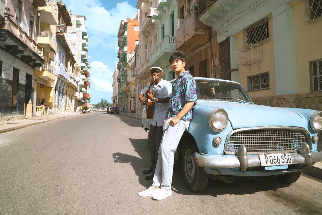 周杰倫(右)特別飛往古巴拍攝新歌「Mojito」MV。圖/杰威爾音樂提供
