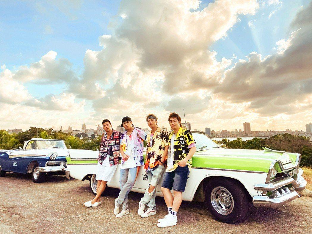 周杰倫(左二)率柯有倫(左)及舞者好友們合拍MV。圖/杰威爾音樂提供