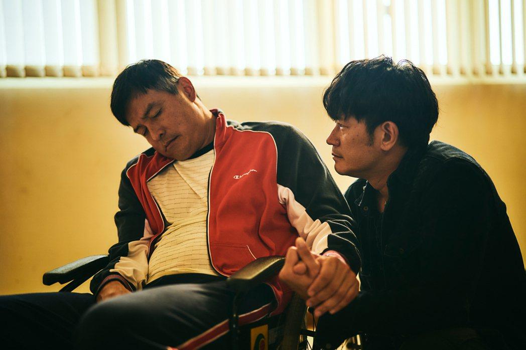 李銘順(左)要求柯叔元幫自己注毒。圖/大慕影藝提供