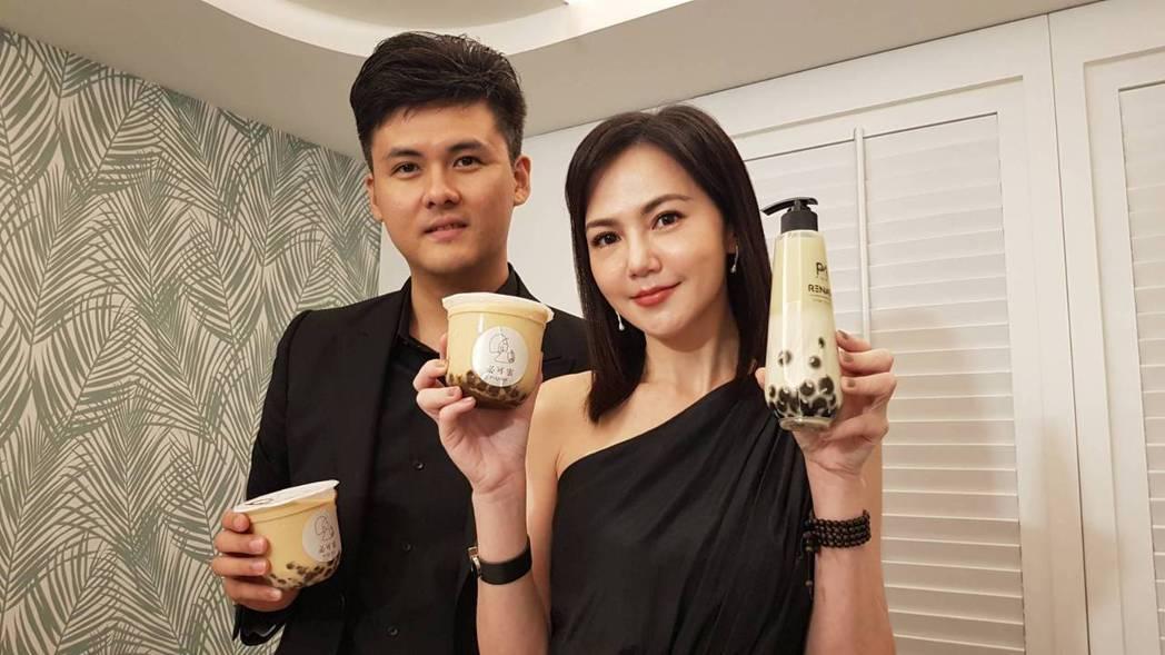 簡沛恩(右)與髮品專家小棋一起研發出台灣第一支珍珠奶茶洗髮精。記者杜沛學/攝影