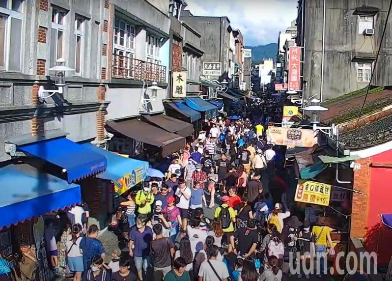 疫情期間人流管制,桃園市大溪老街(見圖)湧入大量人潮成為全國成長景點第1名,市府下月起展開下半年觀光旅遊活動吸客。圖/市府觀旅局提供