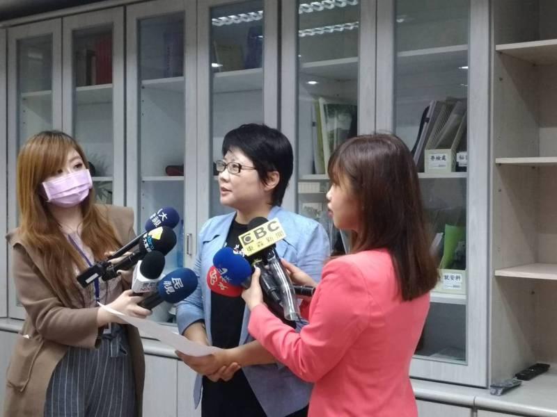 勞動局局長陳信瑜(中)表示,今年上半年台北市失業率為3.8%,較全國3.85%平均失業率雖略為減少,但減班休息備查家次已累積1,090家、影響人次1萬4,645人、資遣通報累計1萬6,950家次、2萬7,503人遭資遣、大量解僱通報亦達58家共2,799人。
