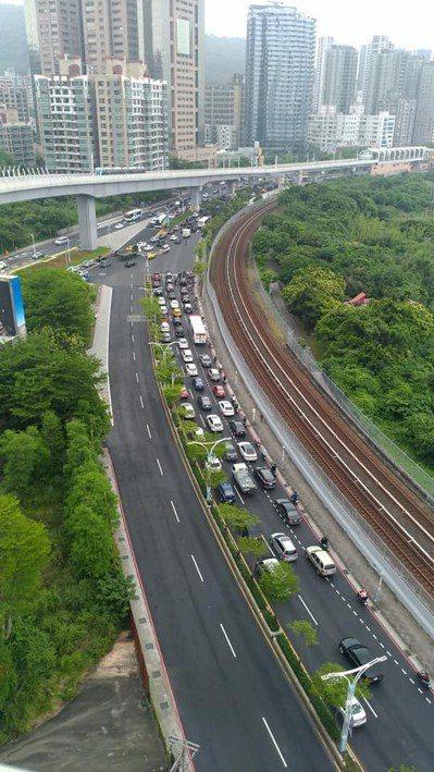三芝等地民眾往返新北、台北,必須仰賴台2線,但尖峰時刻常塞車。圖/取自「支持淡北道路聯盟」臉書社團