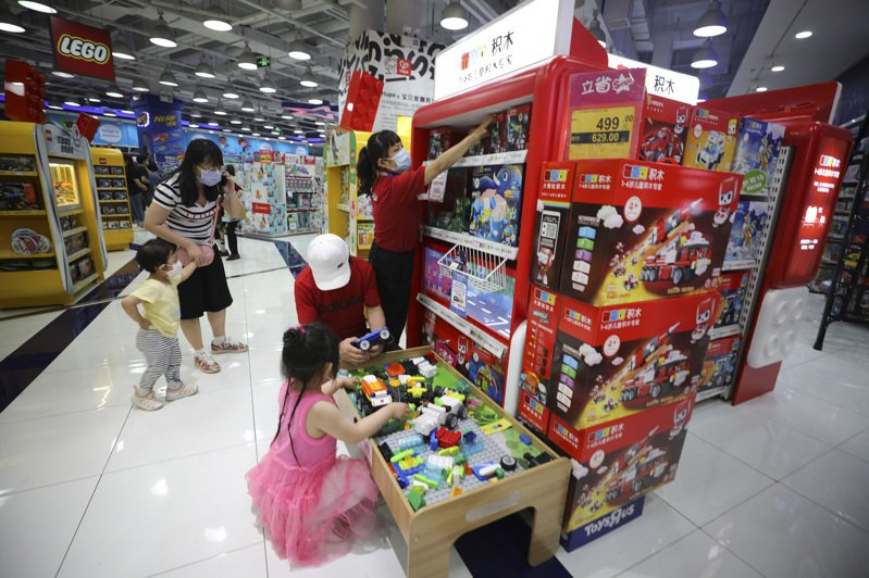 隨著疫情趨緩,北京玩具市場銷售日漸紅火。(中新社)