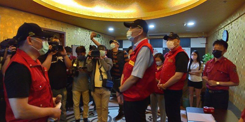 新北市副市長謝政達(中)今晚率隊到三重區稽查密閉式飲酒及娛樂場所。記者林昭彰/攝影