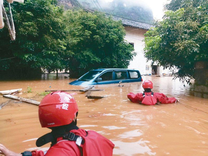 大陸南方暴雨成災,廣西桂林部分地區水深逾一公尺,當地消防人員緊急救出近七百名被困民眾。 (中新社)