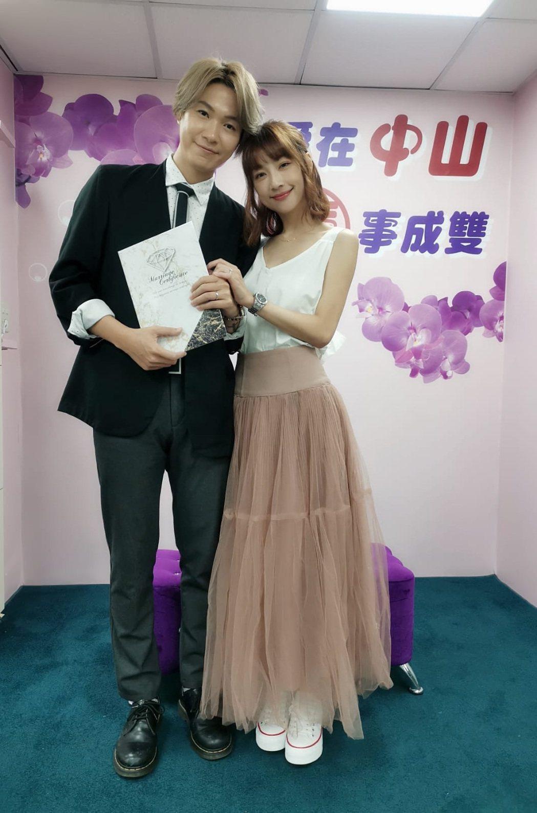黃少谷(左)和Yumi今天登記結婚。圖/喜歡音樂提供
