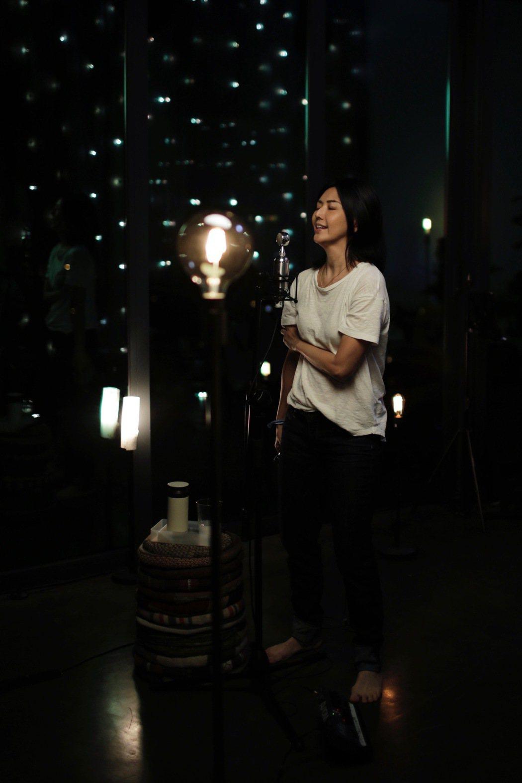 孫燕姿「圓夢」赤腳開唱。圖/環球音樂提供
