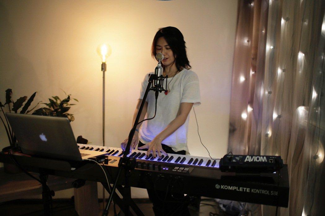 孫燕姿以自彈自唱方式演出「天黑黑」。圖/環球音樂提供