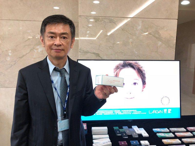 大立光執行長林恩平展示轉投資星歐光學隱形眼鏡產品。(本報系資料庫)