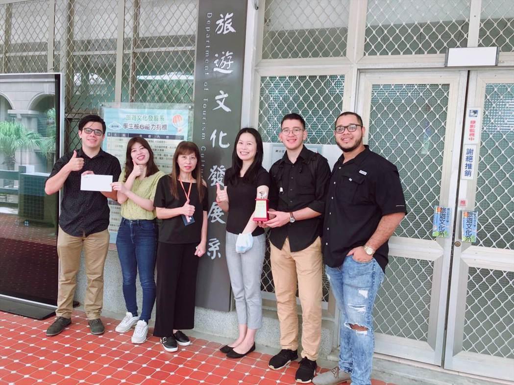 旅遊系主任劉靜慧(左3)、葉乃慧老師(右3)與獲獎學生合影。 洪紹晏/翻攝