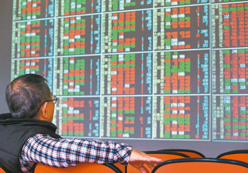 據金管會今(9)日最新公布統計資料顯示,壽險業持有台股部位已達到1兆6,646億元,較3月底再增1,337億元,月增幅達到8.73%,不過相較於台股同期間市值其實上漲13.23%,還來得低,顯示壽險業恐怕有趁高檔悄悄調節台股部位。聯合報系資料照