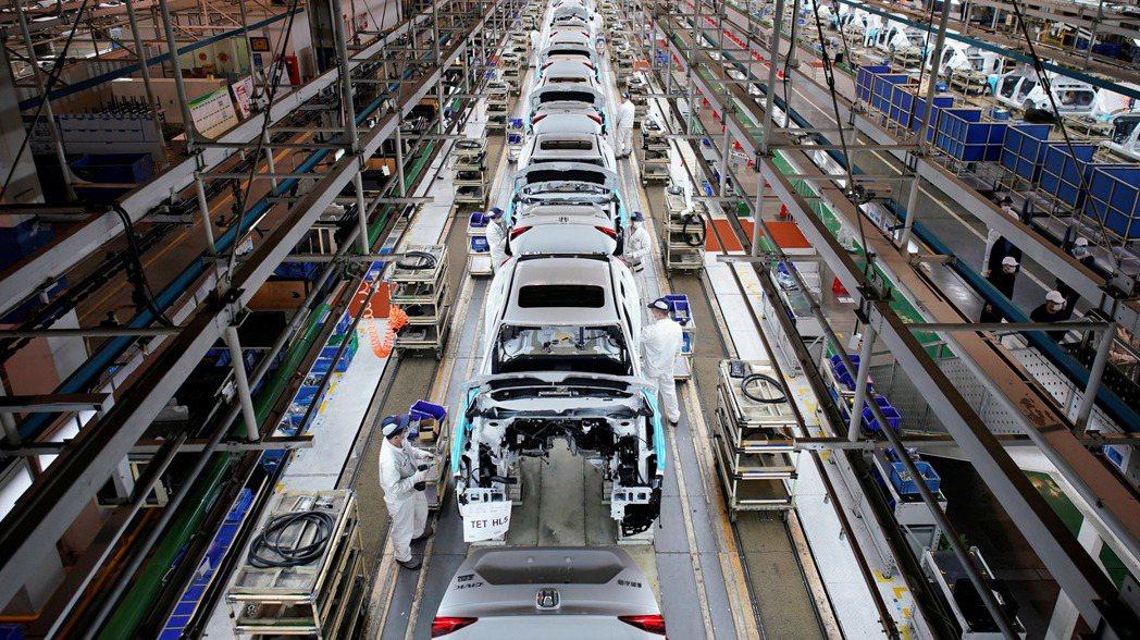 位於中國湖北省武漢的中日合資、東風本田汽車廠生產線。 路透