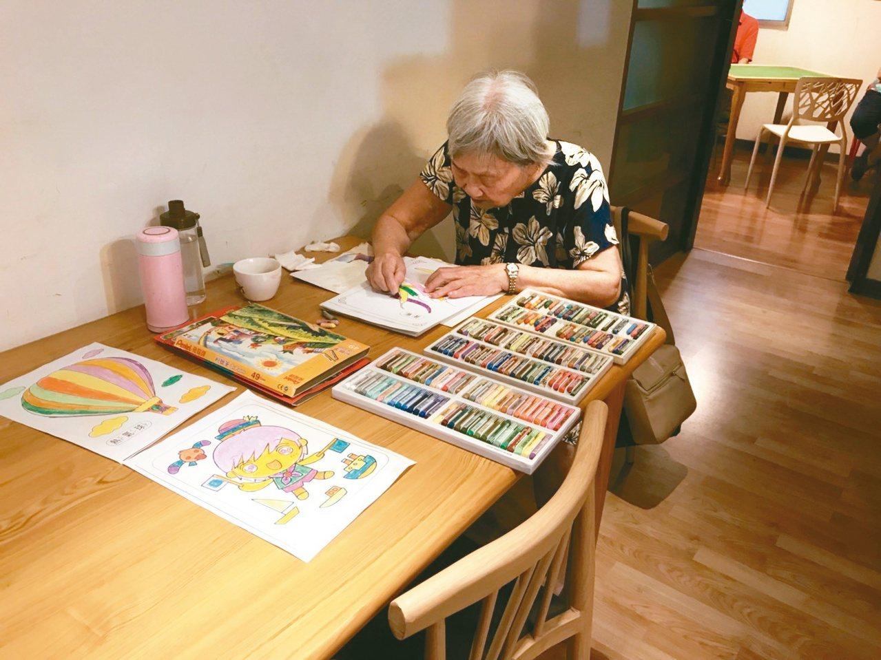 瑞智互助家庭提供空間,讓長者從事畫畫、唱卡拉OK等活動。 圖/簡浩正 攝影