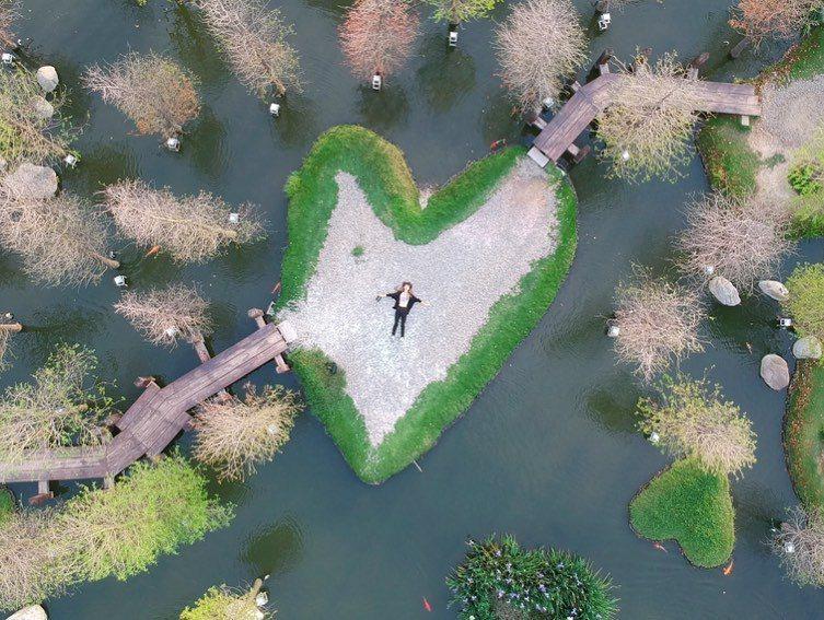 雲林超人氣秘境隱身虎尾,除了愛心島,湖畔各有不少心型草皮,還有落羽松樹林相互環繞。圖/IG@gong_wan授權