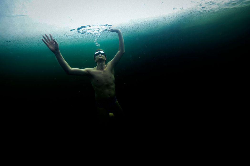 一般如果是不擅泳者,大概溺水30秒後,就會無力掙扎開始直立下沉。 圖/法新社