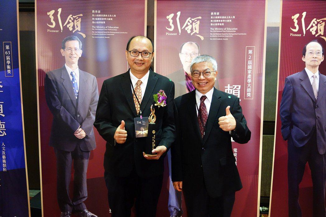 北科大校長王錫福(右)與講座教授賴炎生合影。 北科大/提供