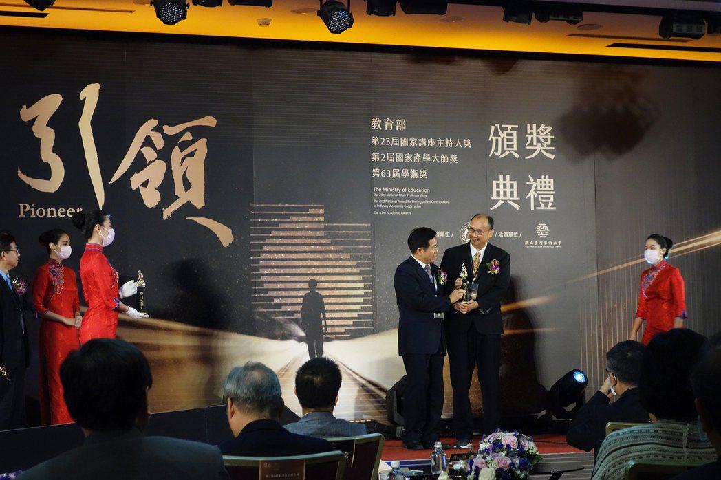 教育部長潘文忠(左)頒發國家產學大師獎予北科大講座教授賴炎生。 北科大/提供