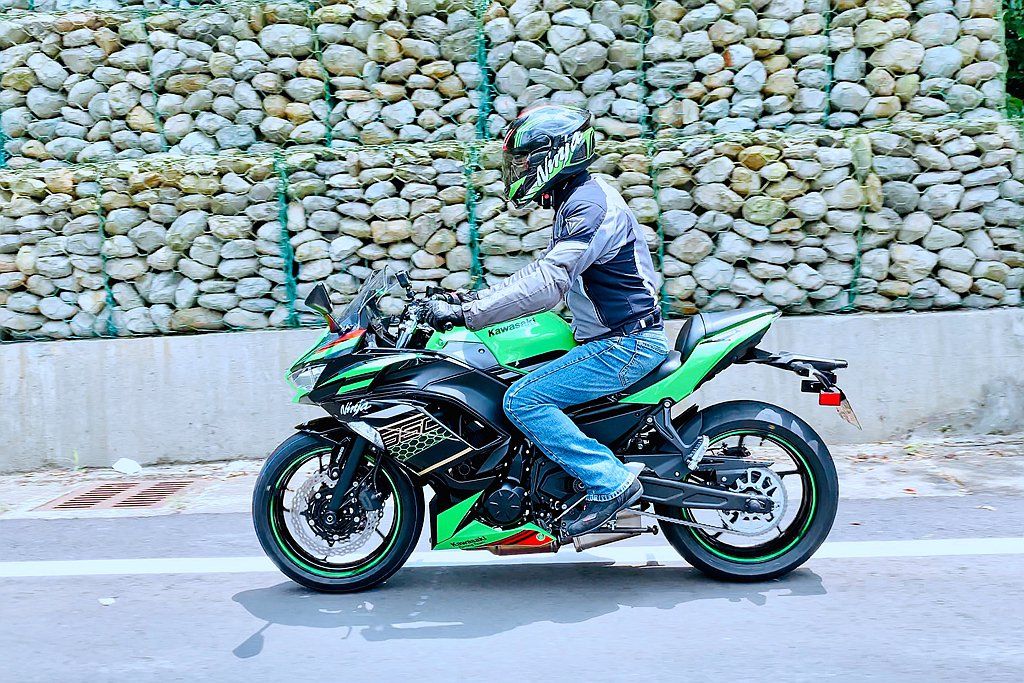 Kawasaki Ninja 650在改款後依舊保有駕駛樂趣、易操控等特性。 圖...