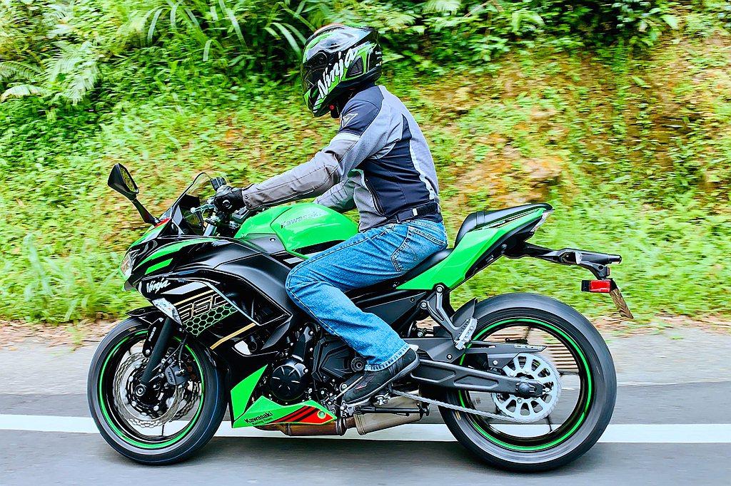 Kawasaki Ninja 650擁有更寬、更厚的坐墊,同時僅790mm的座高...