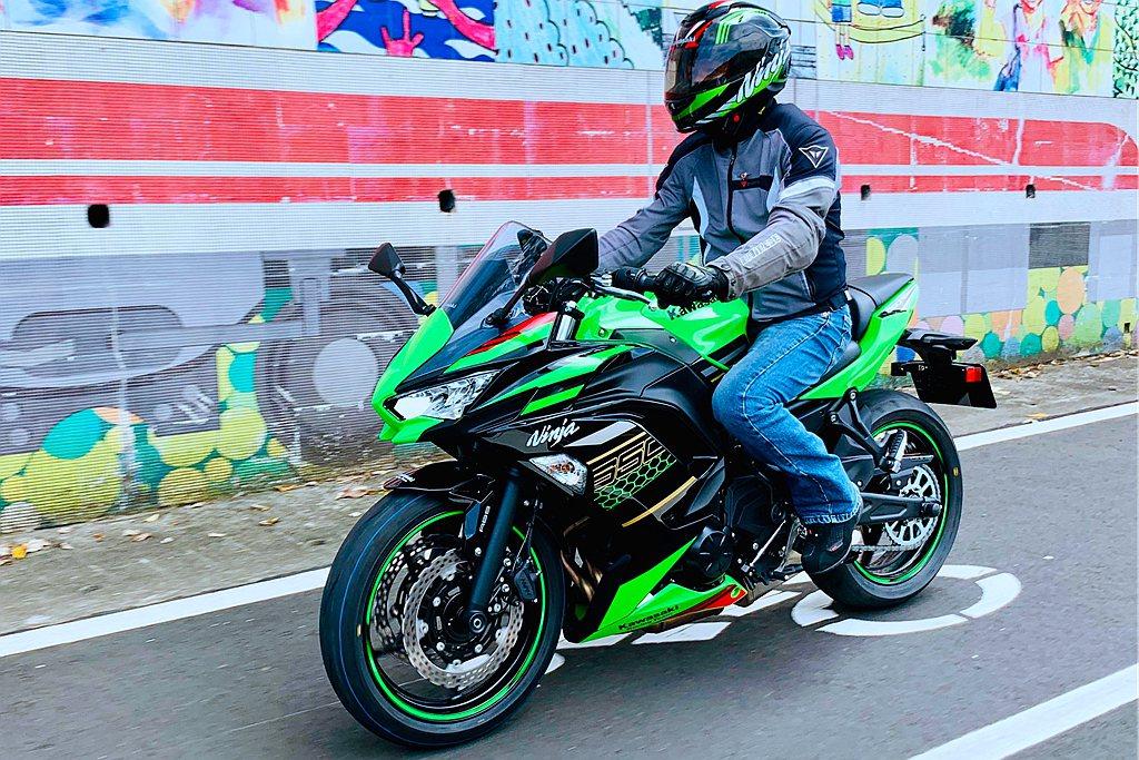 台崎引進的2020年式Ninja 650共有KRT萊姆綠、夜魅黑、暴雪白、迷霧黑...