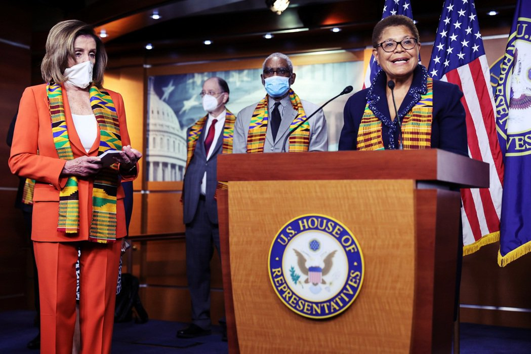 民主黨籍的眾議員巴斯(Karen Bass,右一):「肯特布是為了致敬我們的起源...