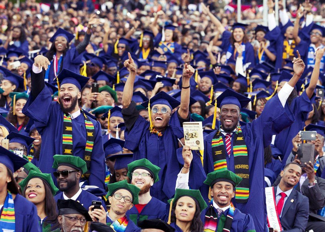 霍華德大學畢業典禮,身穿肯特的黑人學生。 圖/美聯社