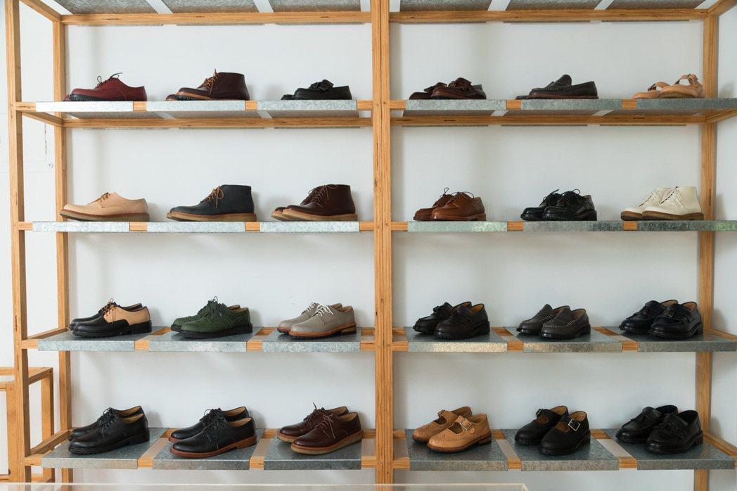 陳敬凱特別研究數十位亞洲人的腳型,製作出具線條美感,同時保有不遜色時尚感的特製鞋...