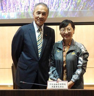 中金院董事長馮寄台(左)贈送外交學院高安副院長中信兄弟球隊外套。圖/中金院提供