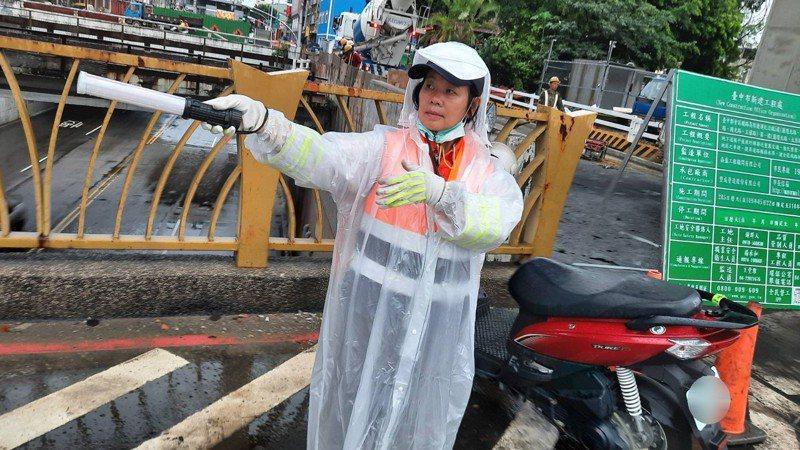 台中市東區建成路地下道明起將封閉,展開道路填平工程,第三警分局安排交通崗避免堵塞。圖/第三警分局提供